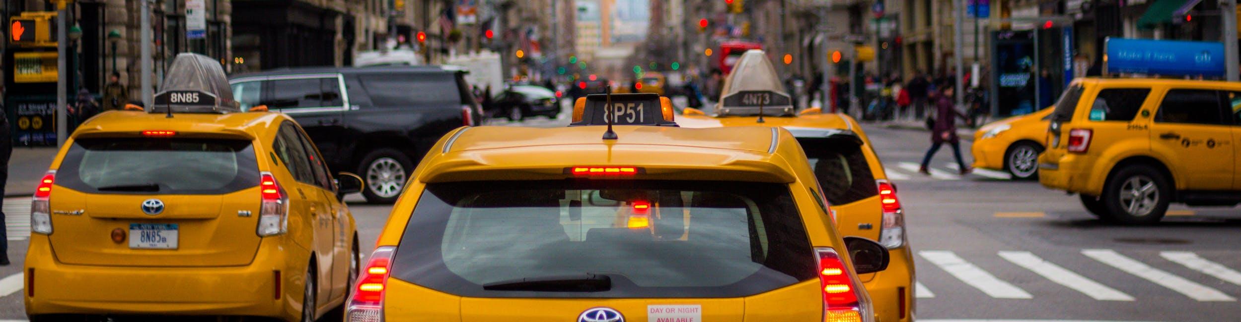 Taksówki w zatłoczonym mieście
