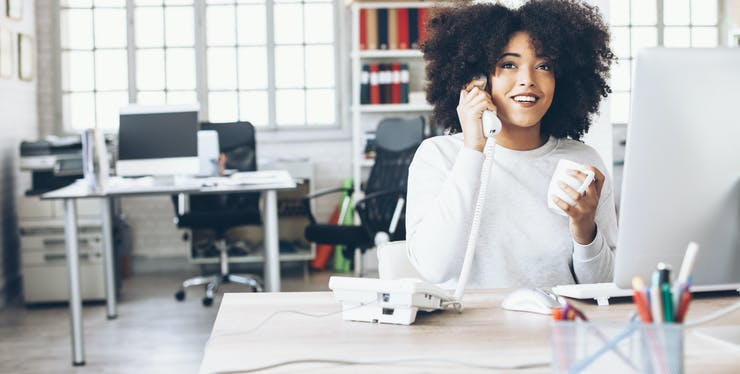 mulher falando no telefone