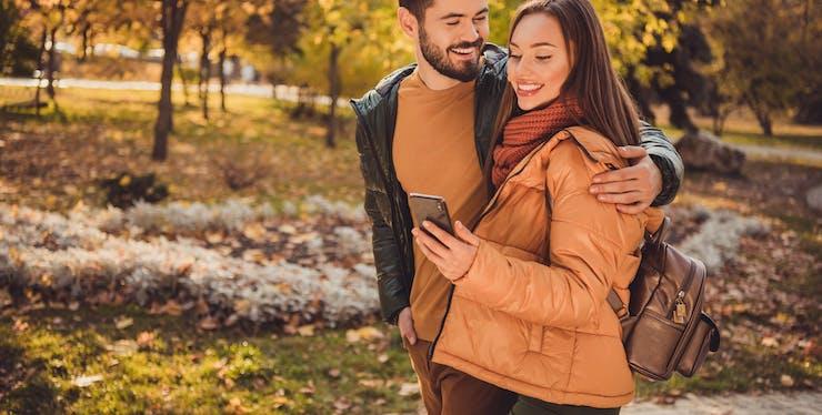 casal mexendo no celular