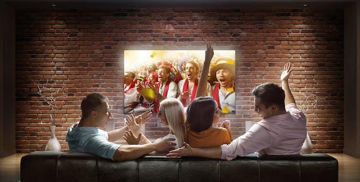 pessoas assistindo tv