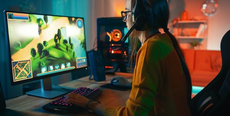 mulher jogando vídeo game