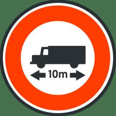 Señal de prohibición de paso de los vehículos superando la longitud indicada.