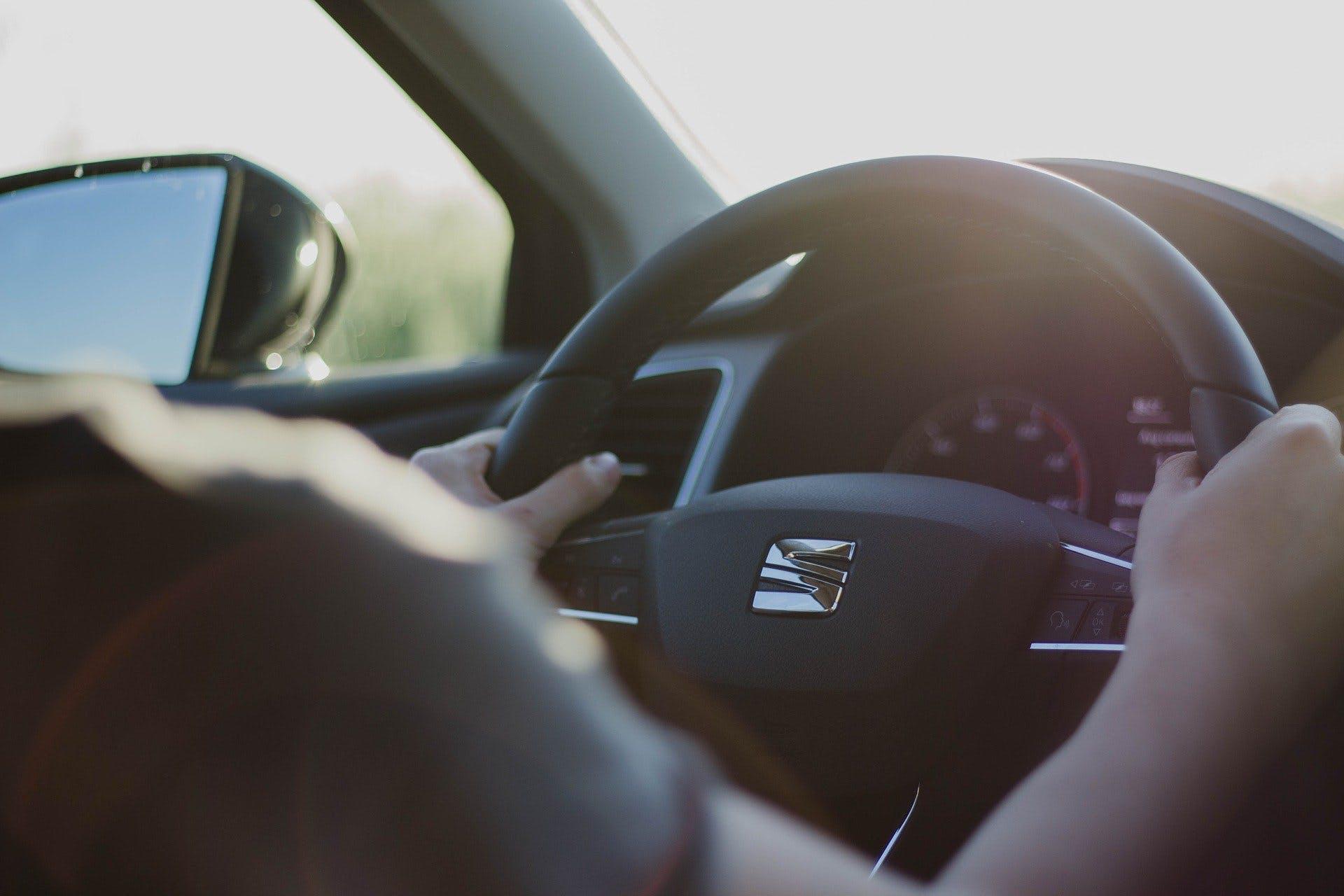 Conductor conduciendo