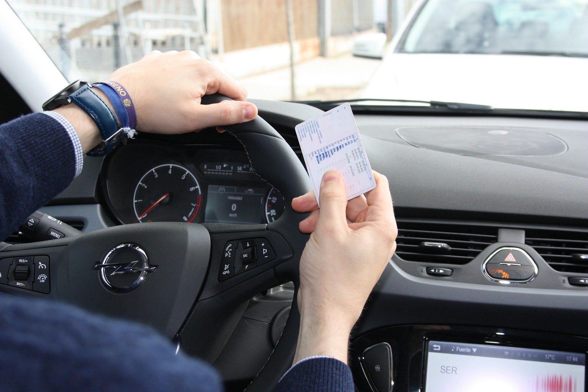 Conductor muestra su licencia de conducir