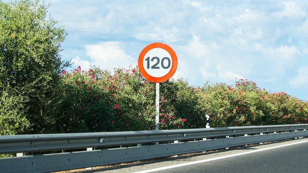 Señal de velocidad en autopista.