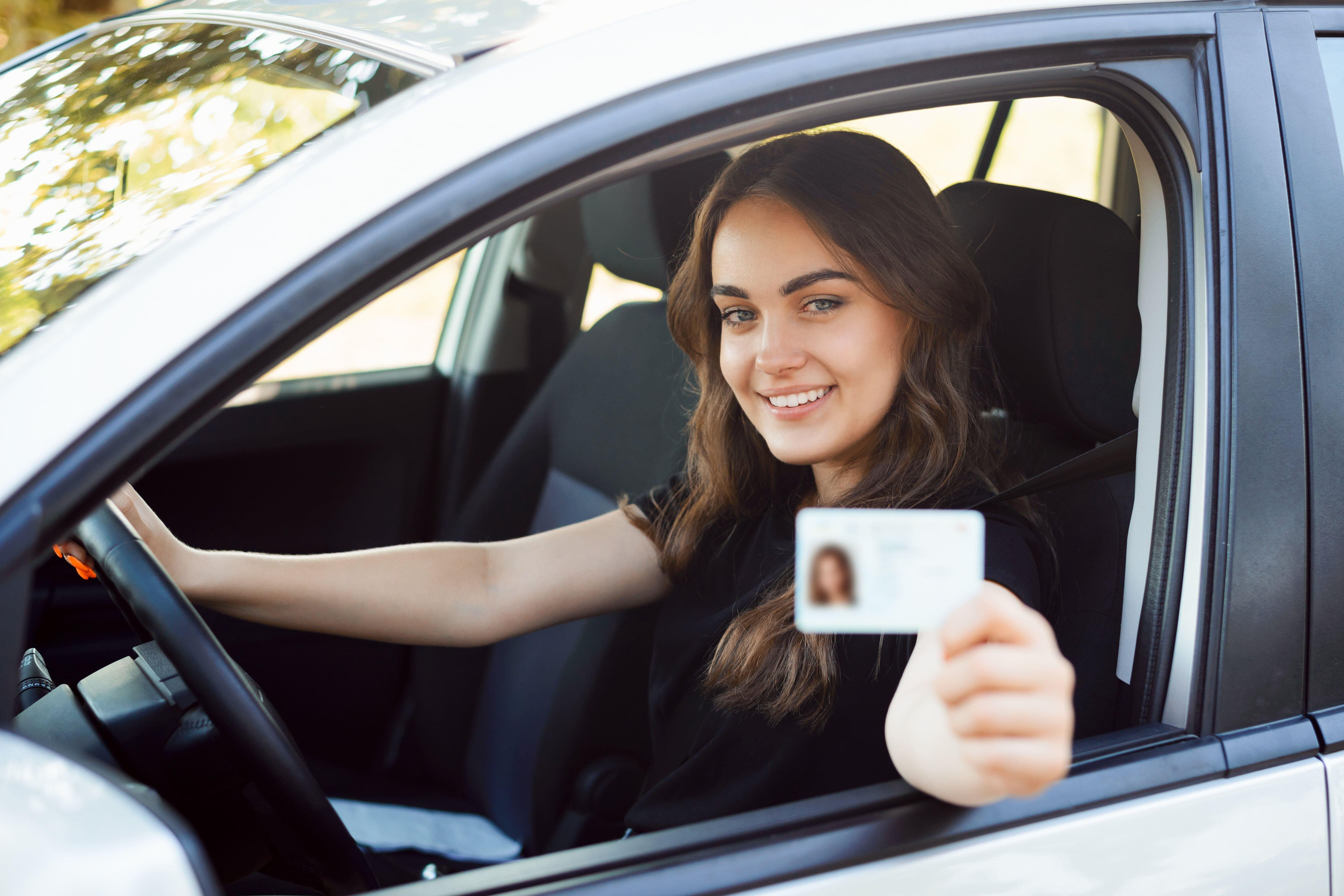 Conductora con carnet renovado