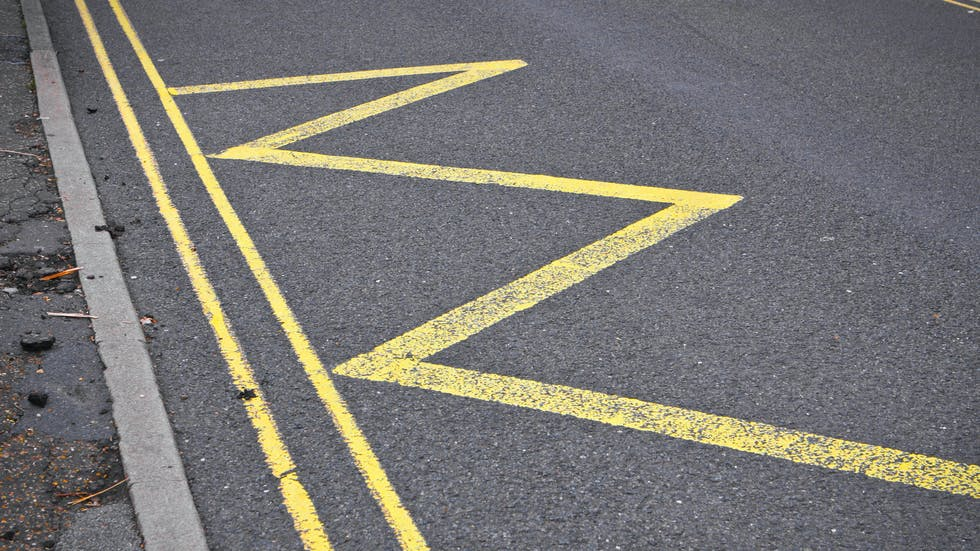 Línea amarilla zigzag.