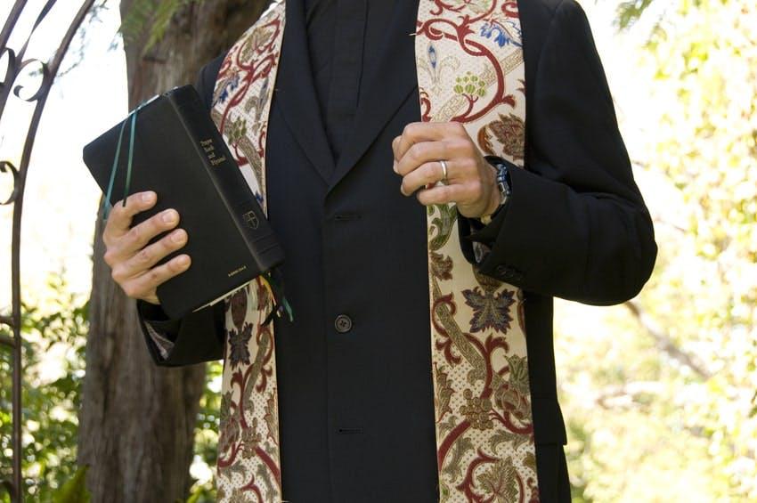 Pretre avec un bible