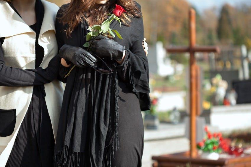 se présenter à l'enterrement