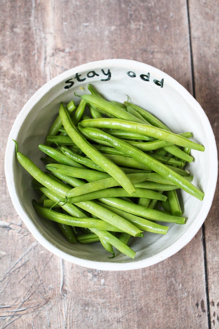 A bowl of green beans.