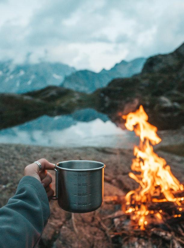 Lagerfeuer in den Bergen