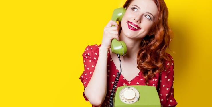 Mulher usando telefone fixo
