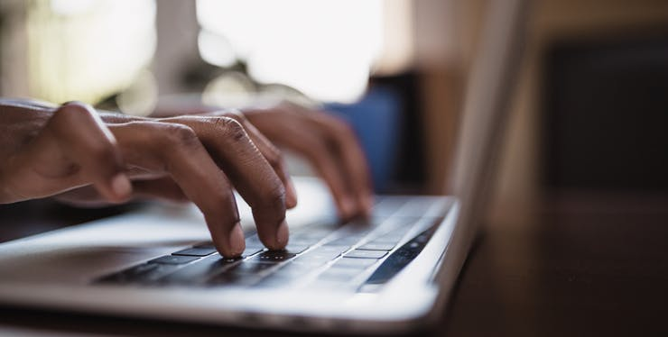 Pessoa digitando no computador