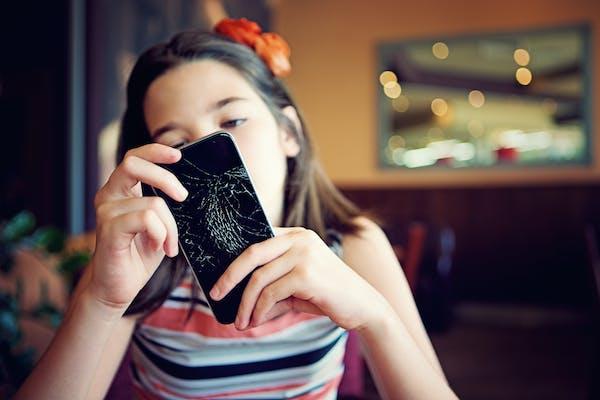 Jente med knust mobil