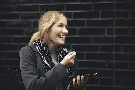 dame som prater i mobil