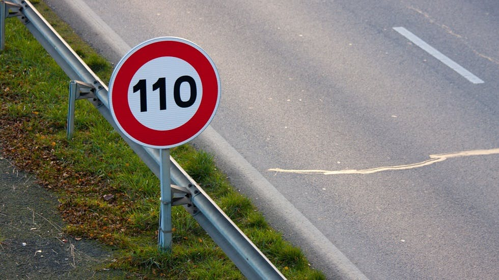 Panneau de limitation de vitesse sur autoroute à 110 km/h