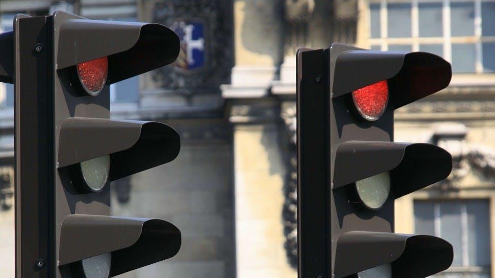 Deux feux de signalisation rouges