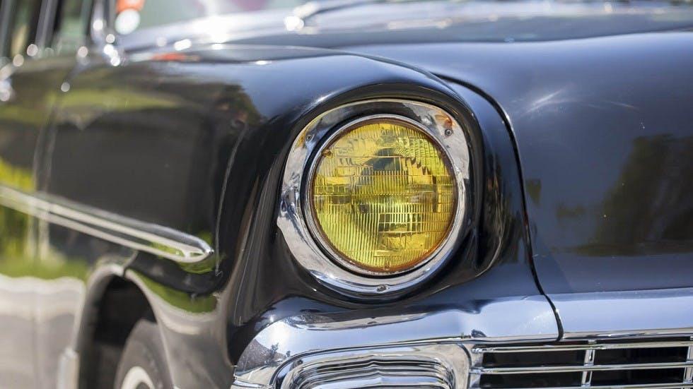 Phare jaune sur une voiture de collection