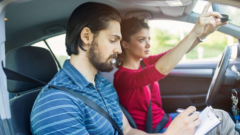 Jeune conductrice passant un examen blanc du permis a Lyon