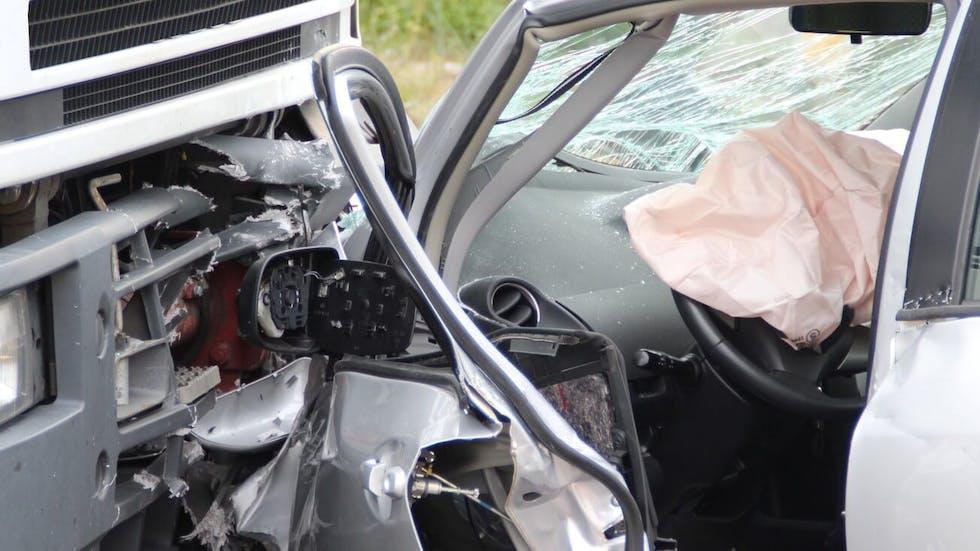 Photographie montrant un accident de la route par collision frontale entre un camion et une automobile.