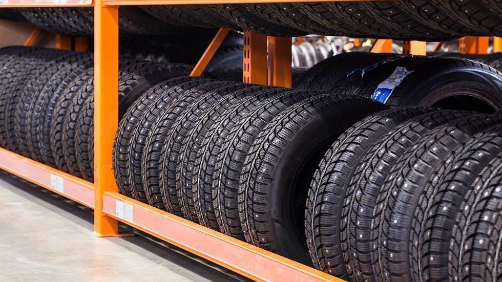 Etalage comprenant un ensemble de pneus cloutes