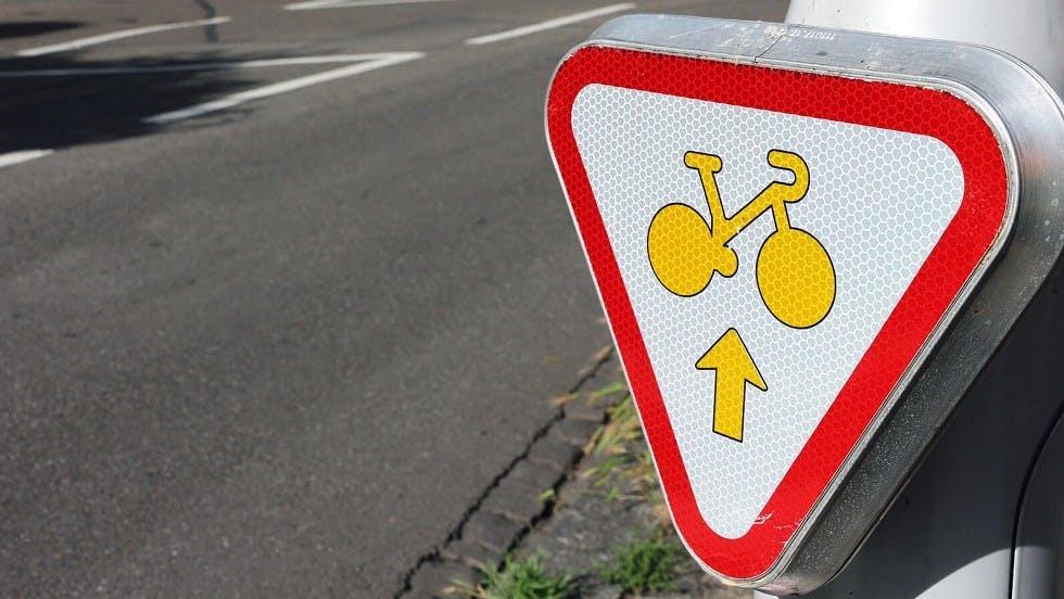 Panonceau d'autorisation pour les cyclistes d'aller tout droit