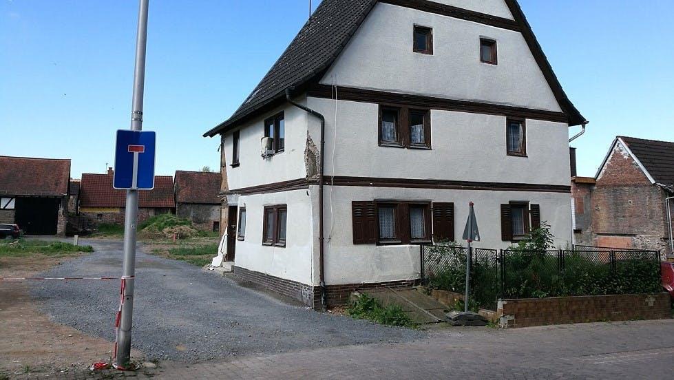 Panneau d'impasse positionne devant une habitation