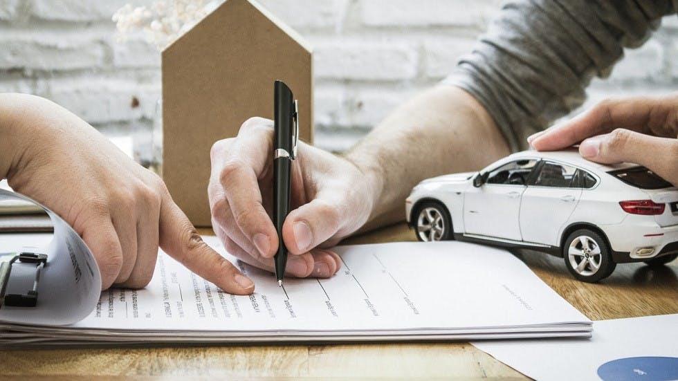 Usager signant son nouveau contrat d'assurance auto