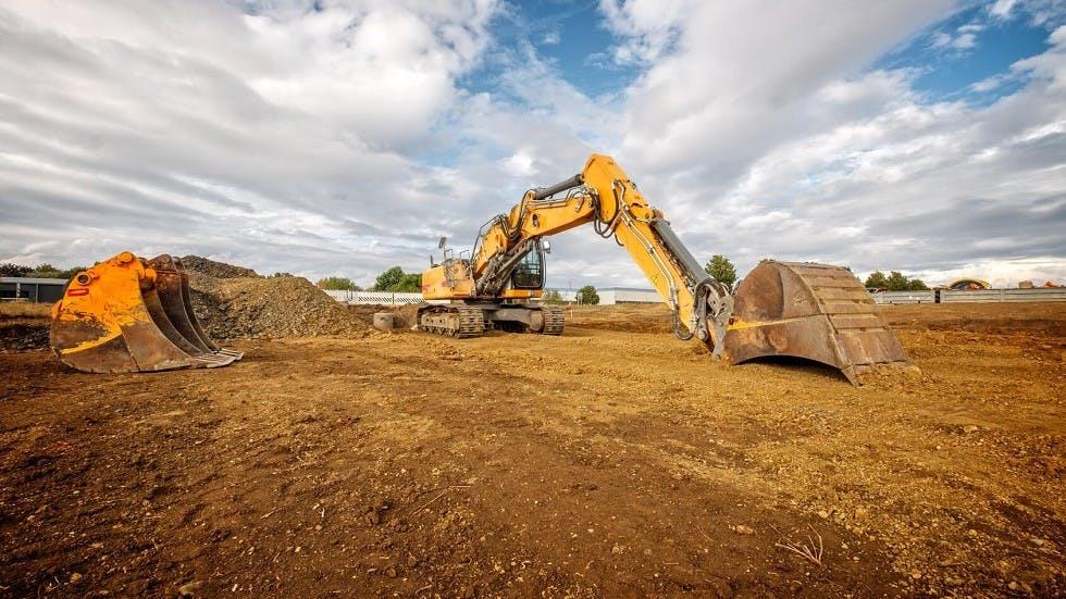 Tractopelle travaillant sur la construction d'une nouvelle route