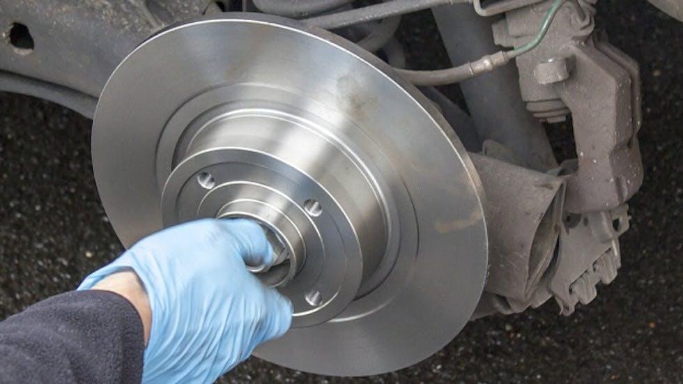 Disque de frein en train d'être changé par un garagiste