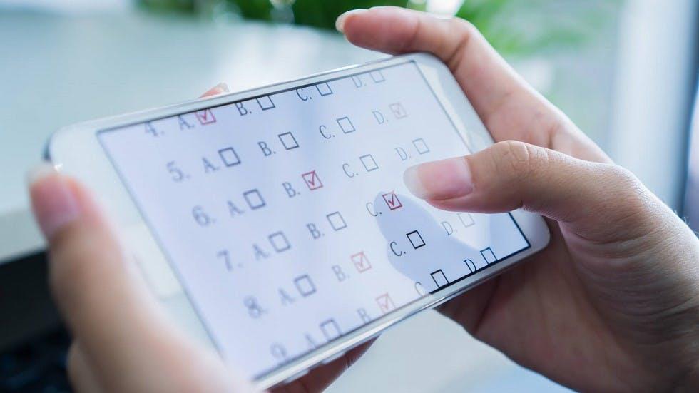 Candidate répondant a des series de test de code sur smartphone