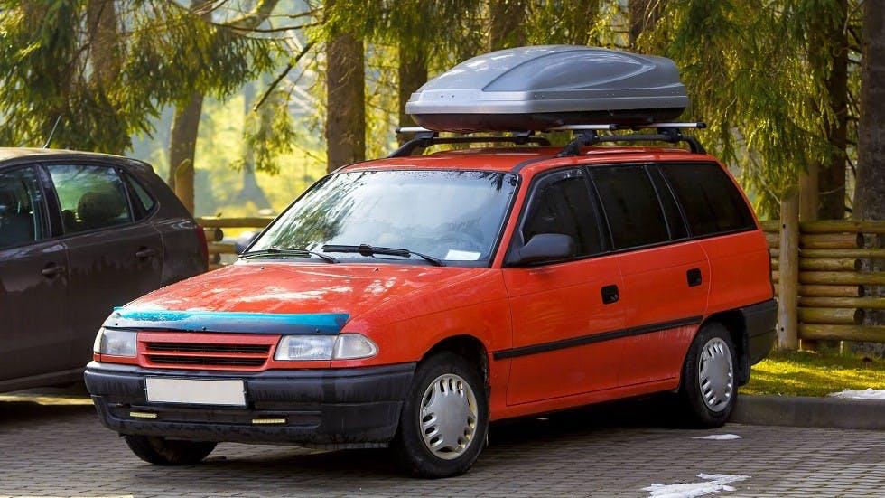Coffre de toit installe sur les barres de toit d'une automobile