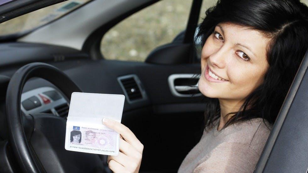 Automobiliste presentant son nouveau permis au format securise