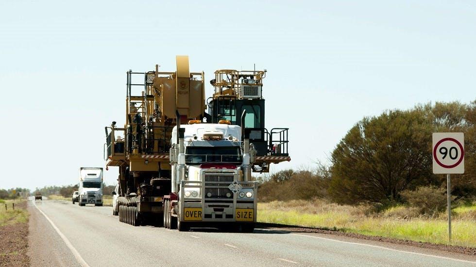 Convois exceptionnel transportant un engin de chantier