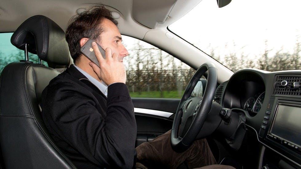 Usager de la route utilisant son telephone au volant