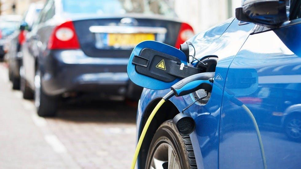 Automobile electrique en cours de rechargement