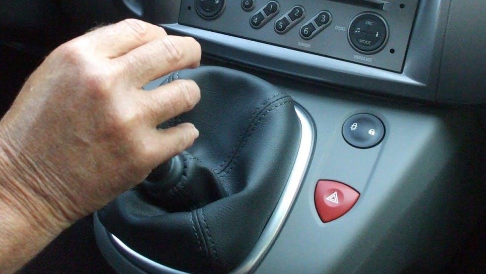 Levier de vitesse actionne par la main d'un usager