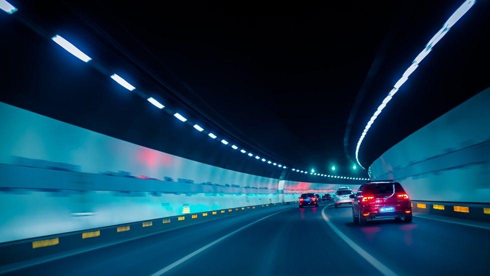 Circulation dans un tunnel lumineux