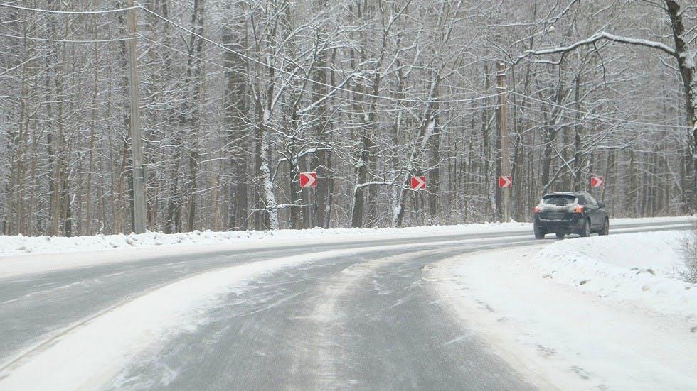 Automobile prenant un virage sur la neige