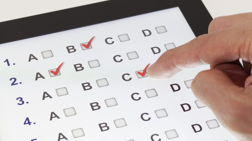 candidat repondant a un QCM sur une tablette tactile