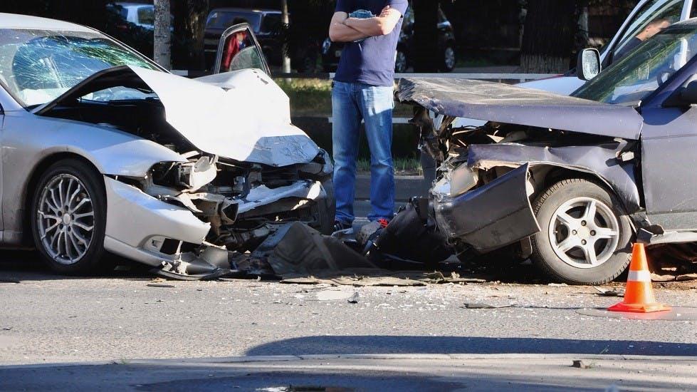Deux automobiles a l'avant deforme suite a une collision frontale