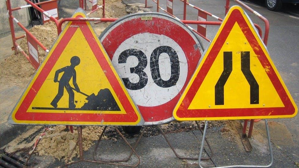 Panneau de danger temporaire indiquant la realisation de travaux sur la voie