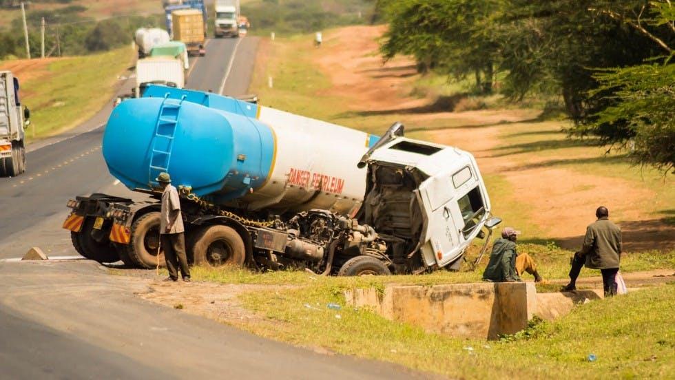Camion de transport de matières liquides victime d'une sortie de route au Kenya