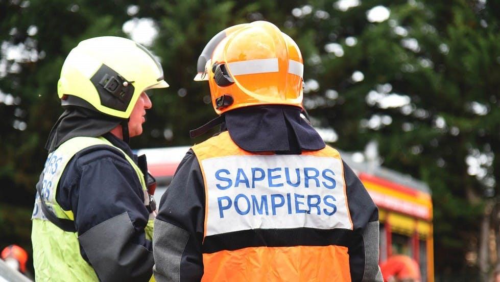 Sapeurs pompiers se préparant avant d'intervenir sur une zone dangereuse