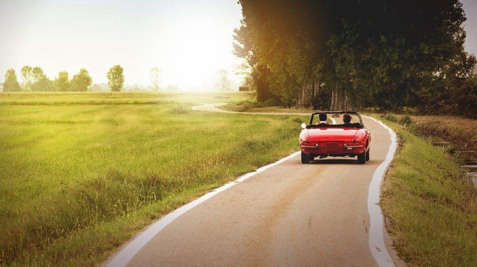 Usager roulant le long d'une route de campagne
