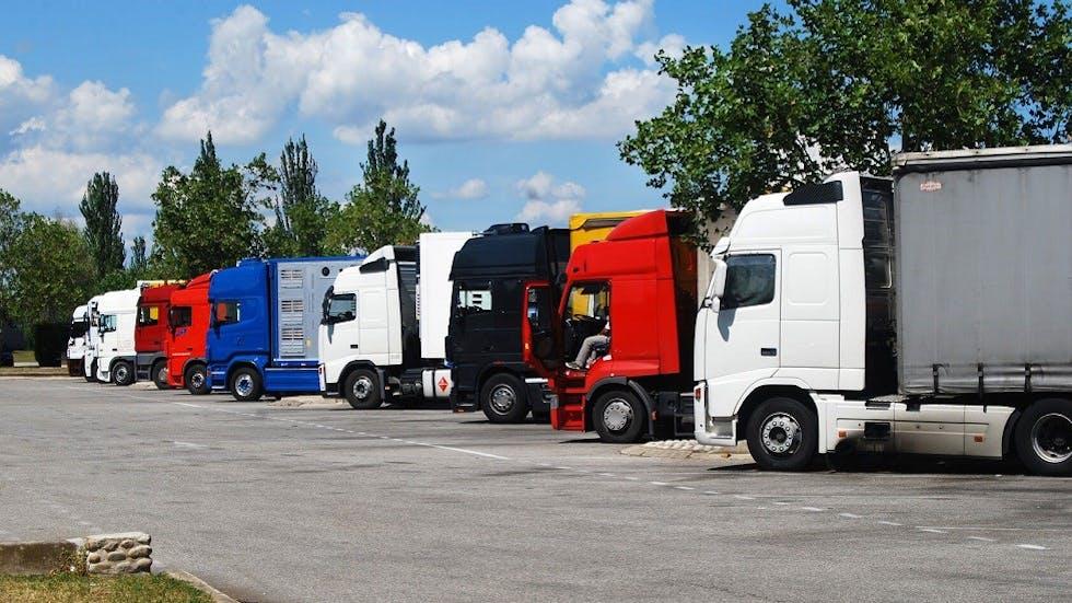 Aire d'autoroute et camions stationnes