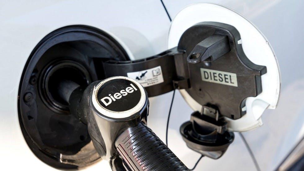 Usager faisant le plein d'un vehicule fonctionnant au diesel