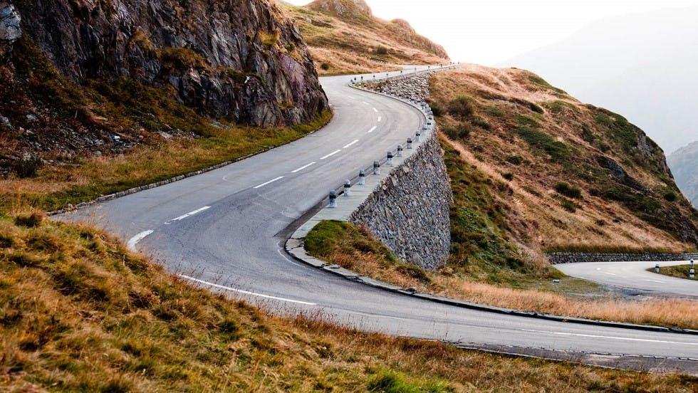 Lignes de dissuasion le long d'une route de montagne