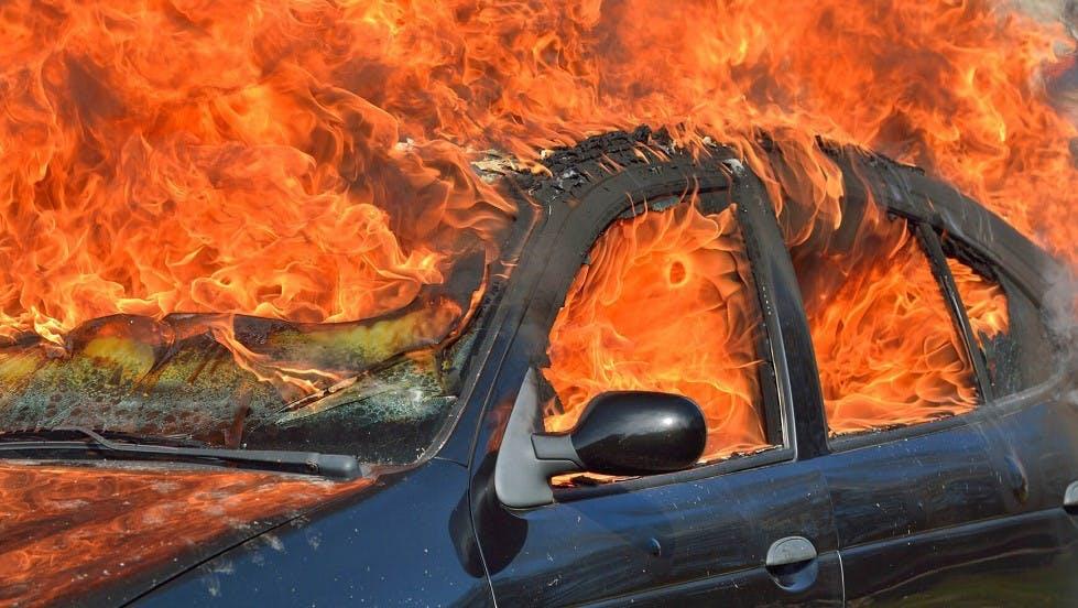 Automobile incendiee sur le bord d'une route