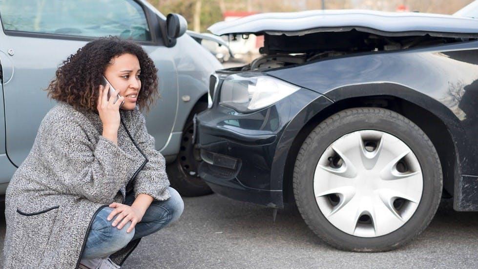Automobiliste appelant son assurance suite a un accident